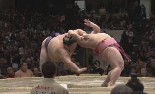 ワォ超絶ボディバランス!大相撲・十両の宇良が実にアクロバティックな珍手「たすき反り」を披露し勝利
