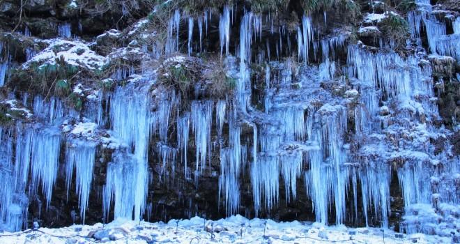 自然が創り出す幻想世界!秩父三大氷柱のひとつ「三十槌の氷柱」の絶景に言葉を失う