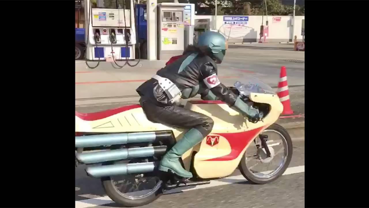 いやこれ本物でしょwww サイクロンで颯爽と走る仮面ライダー1号が一般道で撃撮される