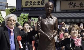 寅さんの視線の先にはさくら…。東京柴又の駅前に「男はつらいよ」のさくら像が設置