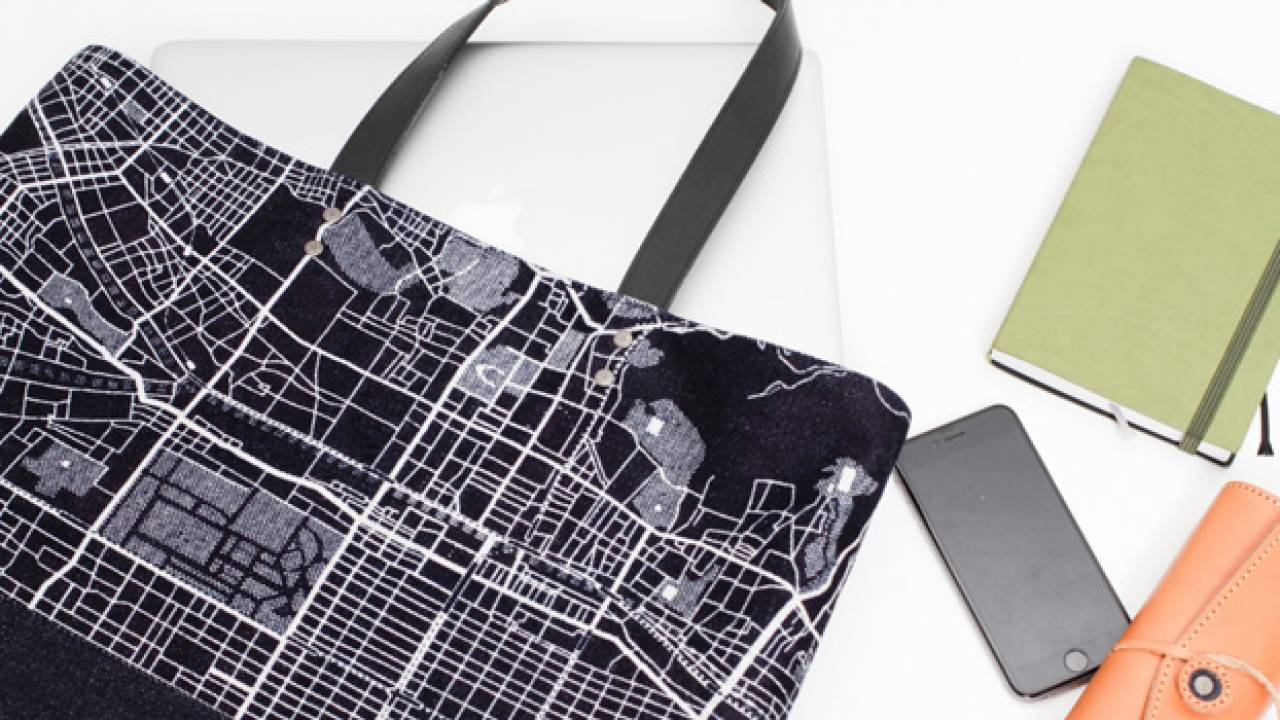 京都の街並みをデザインに。京都の地図をあしらった京小紋染めデニムトート2種が発売