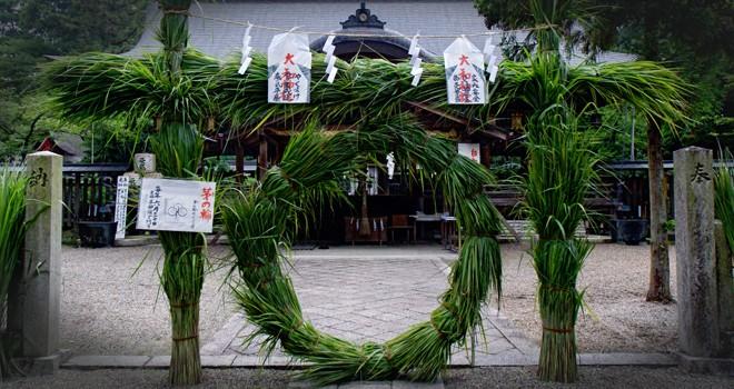 神社の境内に大きな草輪。6月夏越の祓「茅の輪くぐり」の作法や由来を紹介