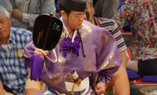 土俵から落下、顔面を痛打…相撲をさばく行司さんは実は命がけの仕事!?