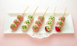 パステル調で可愛い♪お団子をチョコでコーティングした苺の果汁たっぷり「苺だんご」