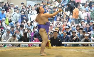 知らなかった!相撲の取組み後に行われる弓取式は、どんな力士がどうやって選ばれるの?
