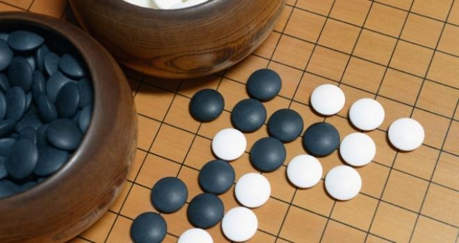 囲碁の碁石と碁盤の雑学。碁石は白の方が小さい理由。碁盤の線は何本?
