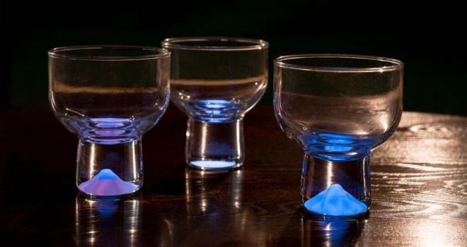 ミステリアスで綺麗!電気や電池なしに富士山や桜が幻想的に光る「月光グラス」が一般発売へ