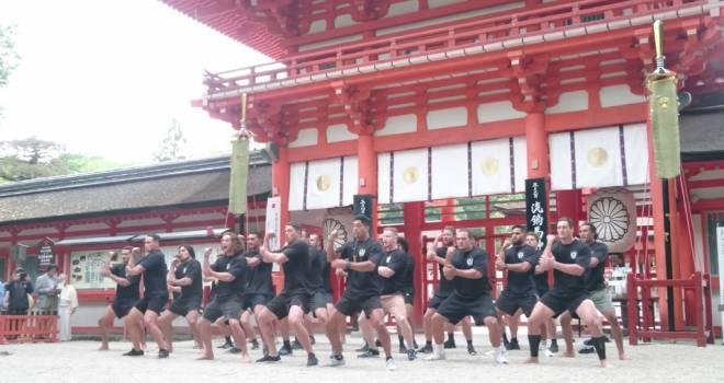 下鴨神社の神前でラグビーニュージーランド学生代表がハカを奉舞する姿がカッコ良すぎるぞ!