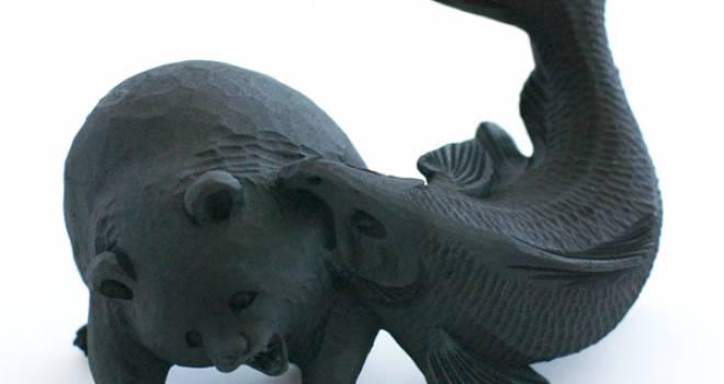 鮭、それエサやない。熊や。北海道みやげの熊、首根っこがっつりいかれる