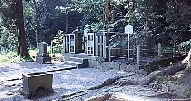 一体どういうこと?源頼朝のお墓になぜか刻まれた薩摩藩主・島津氏の家紋「轡十文字」の謎