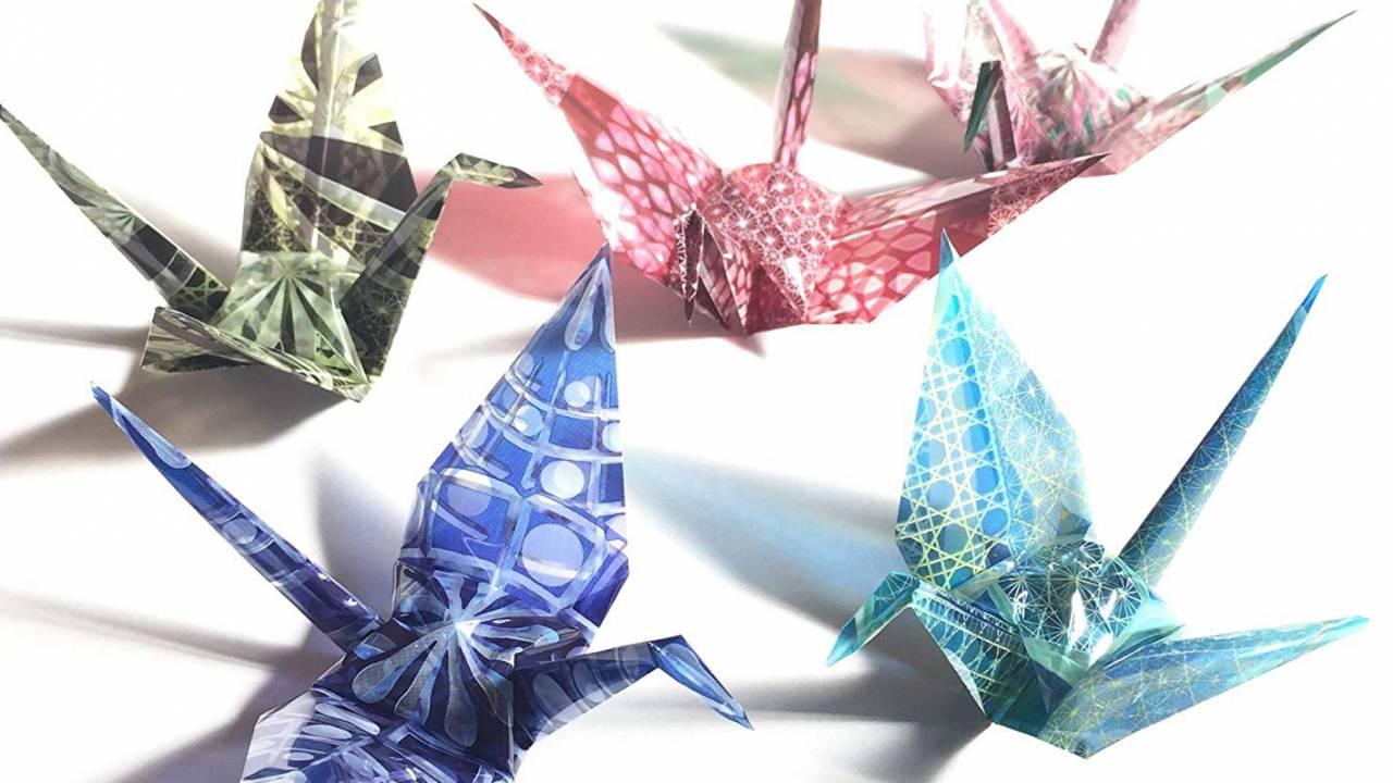 折り鶴がガラス細工のように!江戸切子の模様がデザインされた折り紙が美しい!