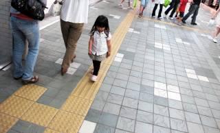日本人の偉大な発明「点字ブロック」は友達の為に自分のお金を使って世界で初めて開発された