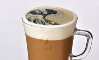 葛飾北斎「神奈川沖浪裏」がラテアートに!名画とラテアートを組み合わせた「飲める美術展」が開催