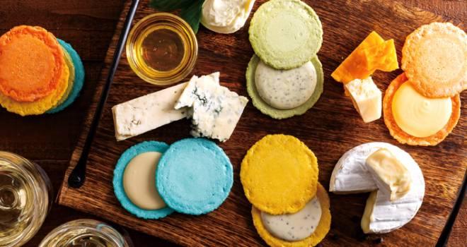 えびせんべいでチーズをサンドした彩り豊かなジャパニーズマカロン「クアトロえびチーズ」がおいしそう!