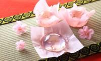 澄んだ薄ピンクのゼリーに桜の花を閉じ込めた「桜咲く さくらゼリー」が美しい!