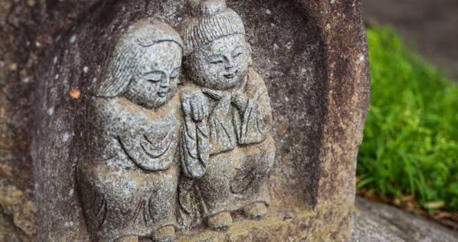 通り慣れた道端にあるかも?縁結びや安産のご利益もある石像「道祖神」ってどういう神様?