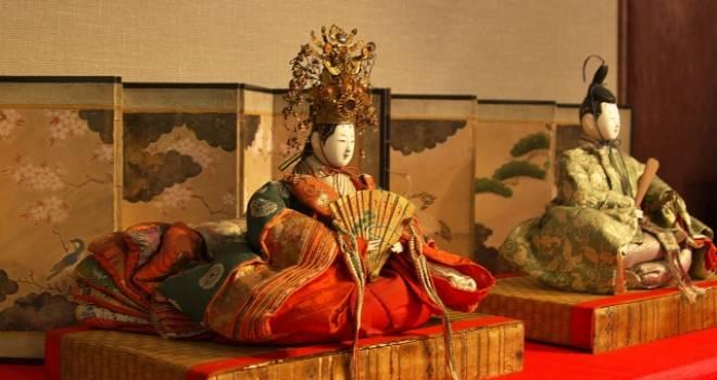 雛飾り、本来は左(向かって右)が男雛。現在は右に座する関東雛が優勢なのは何故?