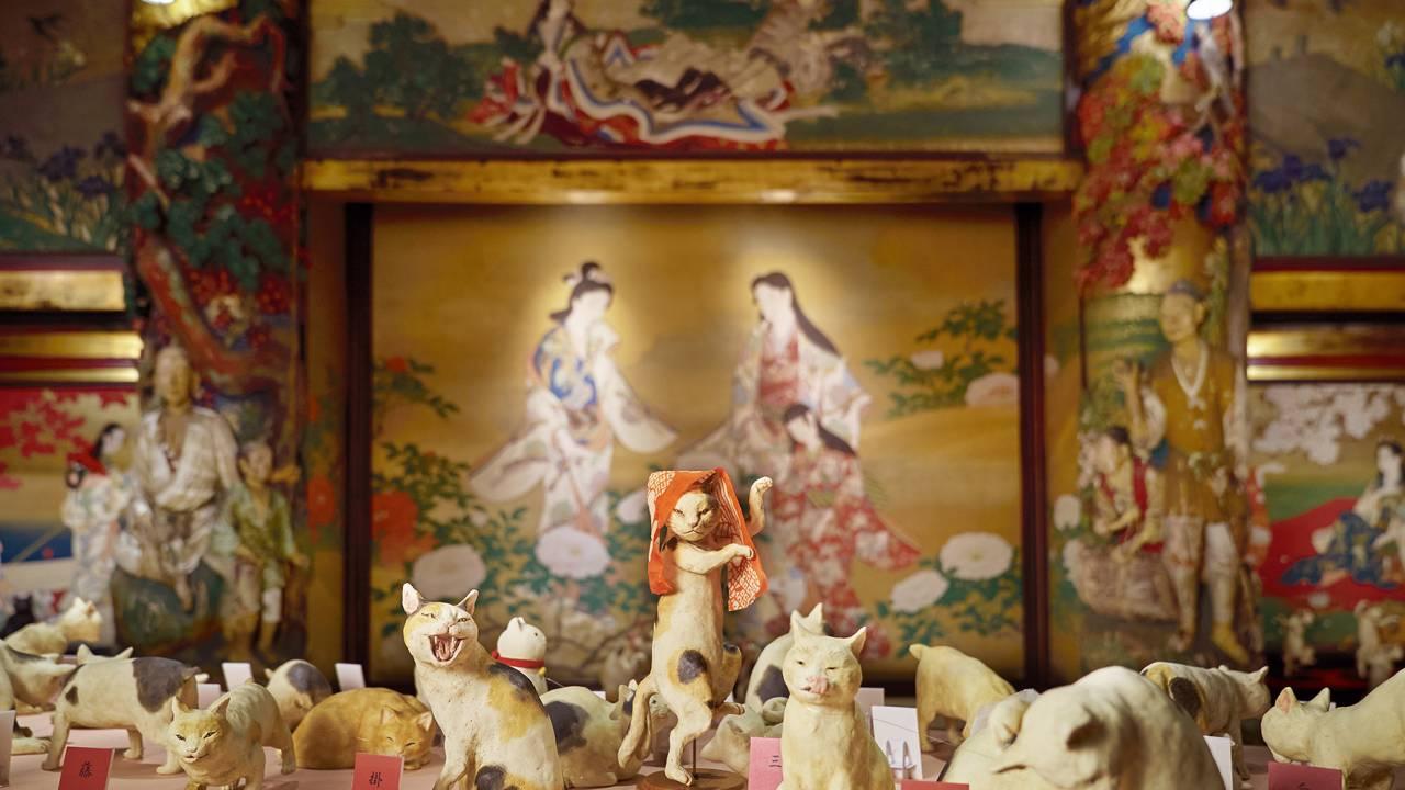 今昔の猫アート大集合!3000点以上の猫アート作品が集結する「猫都のアイドル展 at 百段階段」開催