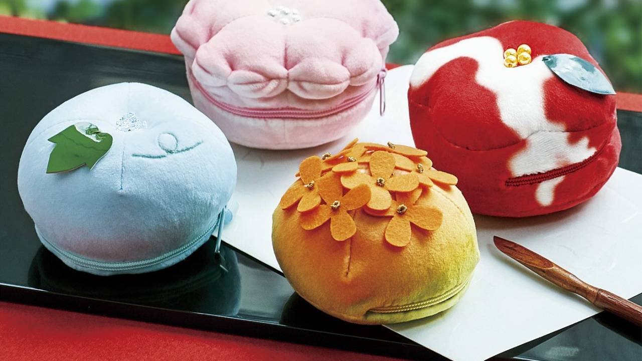 四季の花々を表現♪和菓子の練り切りがモチーフのもっちりポーチが可愛い♡