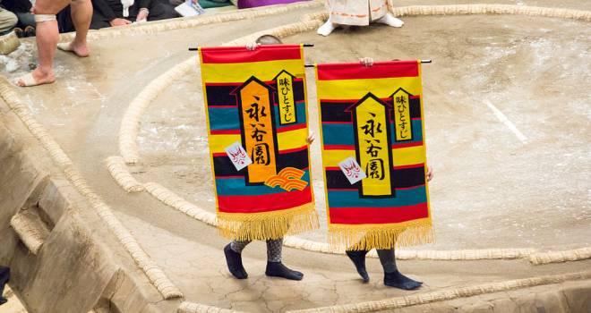 客が着物を投げ入れたのが始まりだった大相撲の「懸賞金」。どれほどの金額が入っているの?