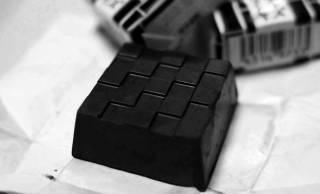 漆黒チロルだこれ(笑)チロルチョコ「竹炭チーズケーキ」味が真っ黒すぎて笑っちゃうレベル