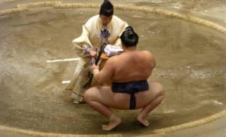 あれってどういう意味?大相撲の千秋楽で最後の三番の勝ち力士には「矢・弦・弓」が渡される