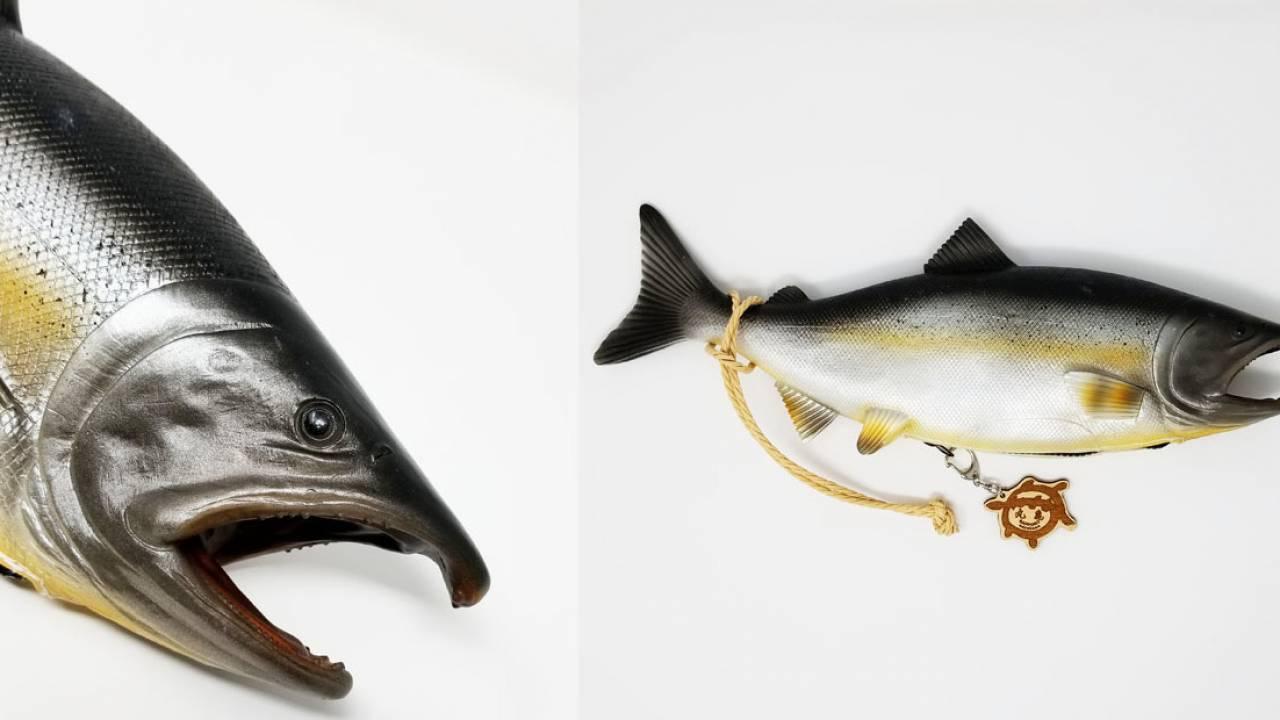 リアル追求しすぎ(笑)鮭をまんま再現した「鮭バッグ」が注目を集める!