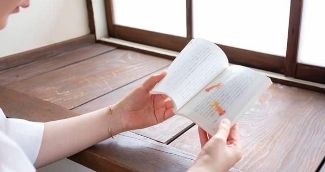 涼しげで美しい!まるで本の上をゆらゆら泳いでいるような金魚のしおりがステキ