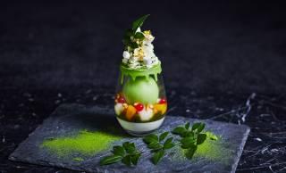 見てこの美しさ♡夏季限定、鮮やかなグリーンが印象的な「抹茶ときなこのパフェ」