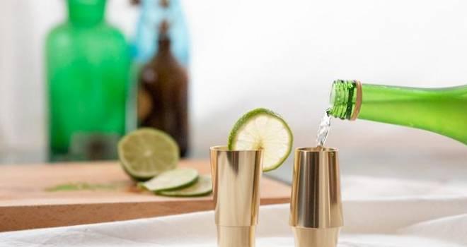 これはステキすぎる!乾杯すると仏具のおりんのような心地よい音を響かせる真鍮の酒器「Kanpai bell pair」