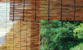 すだれ(簾)とよしず(葦簀)の違いは、素材と使用方法にあり