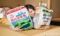 こだわりの再現度♪鳥取県民が愛する「白バラ牛乳」が巨大なクッションになりました