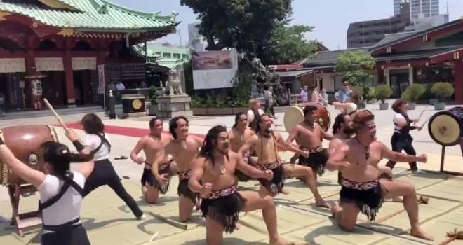 カッコいいぞ!和太鼓とニュージーランドの伝統舞踊「ハカ」が神田明神でコラボパフォーマンス