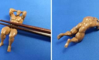 マッチョなお兄さんが腹直筋でお箸を支える「マッチョ箸置き」に腹筋崩壊(笑)