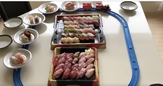 最高だこれ(笑)おうちで手軽に回転寿司が楽しめる「プラレール回転寿司」が話題に