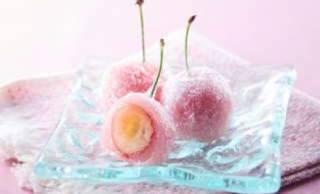 旬のさくらんぼをまるごと使用した季節限定の和菓子「山梨県産さくらんぼ餅」がシャトレーゼから発売