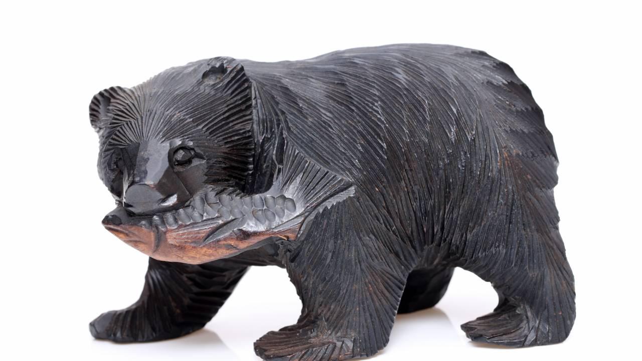北海道土産で有名な「鮭をくわえた木彫りの熊」は、スイスのお土産にヒントを得て作られた?