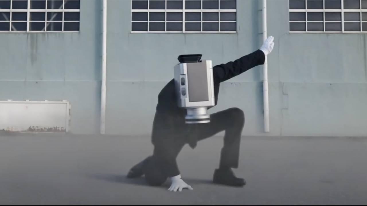 カメラ男の野外アクションシーン満載!「NO MORE 映画泥棒」劇場CMがついにリニューアル