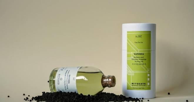 玉露のような奥深い香り。カイコの糞を原材料に使用したブランデー「SANSHA」登場!