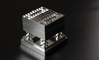 最高強度の「超々ジュラルミン」使用!通常の4分の1スケールという極小将棋セットが誕生