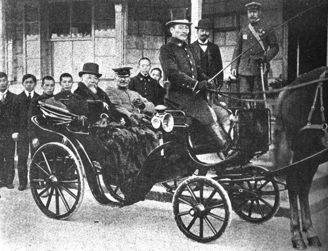 馬車に乗った伊藤博文(後部座席手前。画像:Wikipedia Commonsより)
