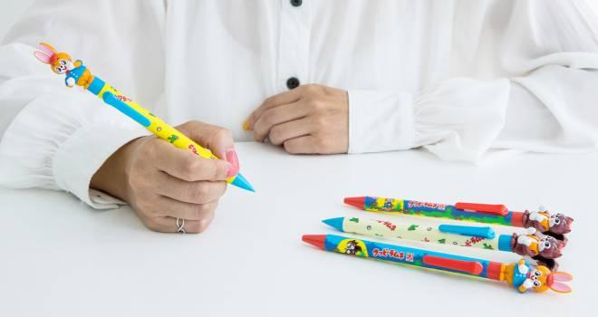 ロングセラー駄菓子「クッピーラムネ」の可愛いキャラクターのアクションペンが発売!