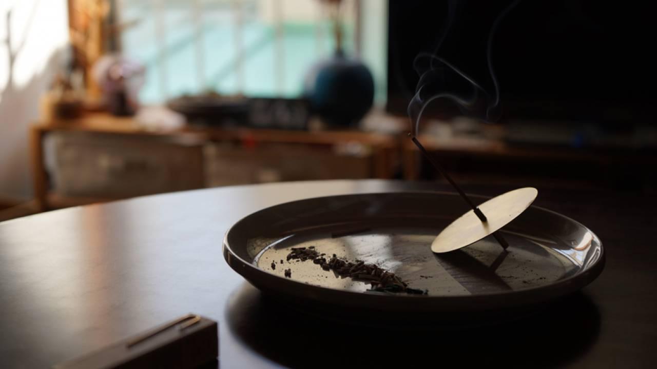 お気に入りのお皿と合わせてコーディネートを楽しむ、ユニークな形のお香立て「香りぐるま」