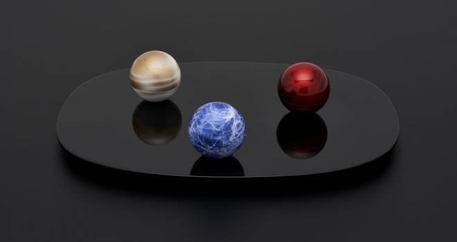 宇宙に浮かぶ惑星をイメージしたスペーシーな骨壷「こころぼし」