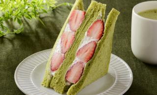 ローソンが抹茶食パン使った和スイーツサンド「いちごミルクサンド〜抹茶入り食パン〜」を発売