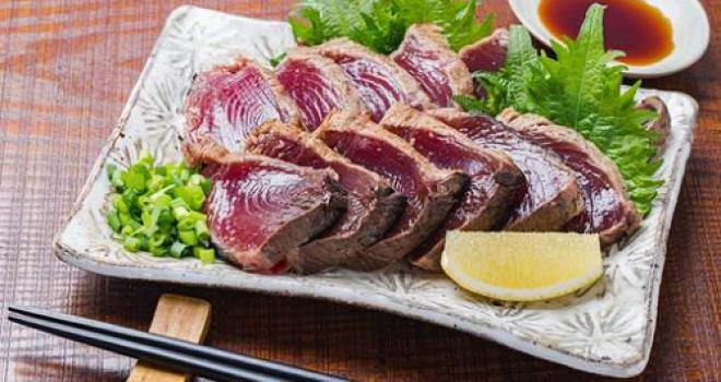 戦国時代まで遡る、土佐の郷土料理「カツオのたたき」の表面が炙られている理由
