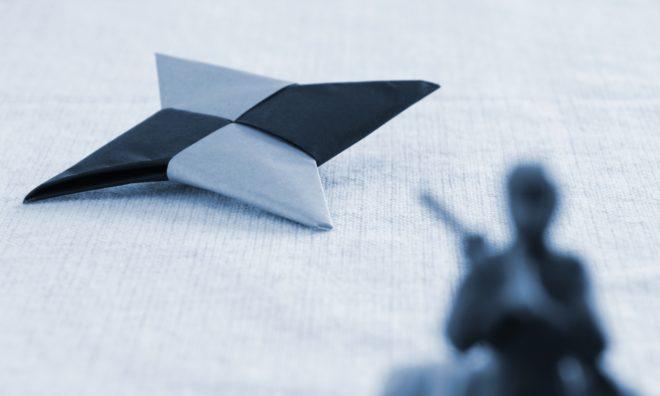 忍者と折り紙の手裏剣