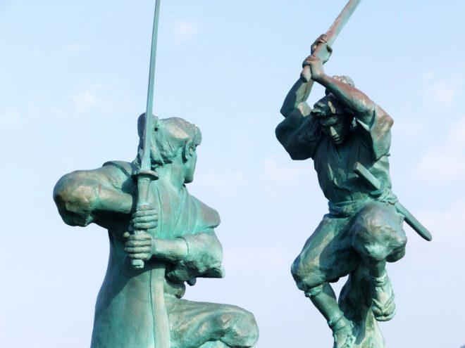 宮本武蔵と佐々木小次郎の銅像