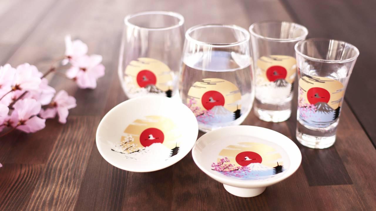 冷たい飲みものを注ぐと富士山とサクラが鮮やかに彩るグラス「冷感富士山」