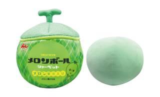 懐かしのシャーベット「メロンボール」が32cmの特大クッションになりました。井村屋監修で完全再現